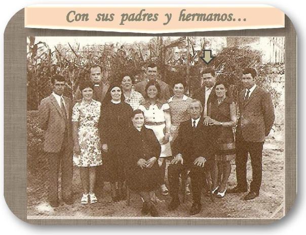 Con sus padres y hermanos
